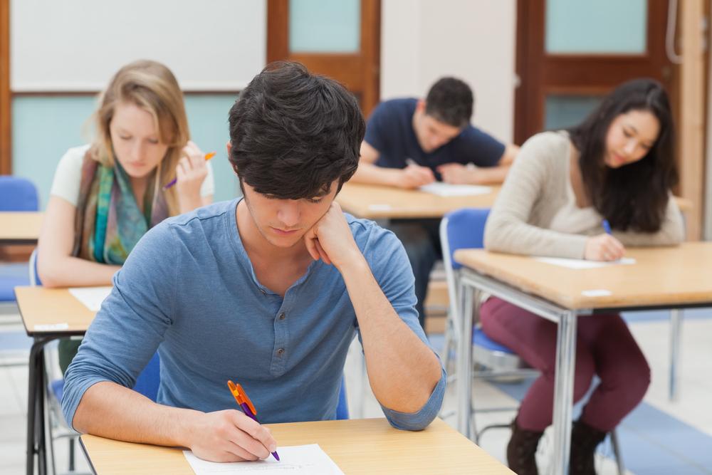 Profesora y alumno cojiendo en un aula espia - 2 2